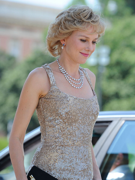 Extra Scoop: Naomi Watts Dazzles as Princess Diana