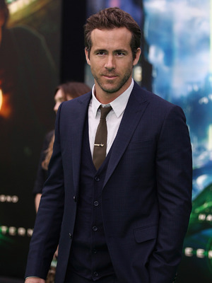 Extra Scoop: Ryan Reynolds Calls Police on Paparazzi 