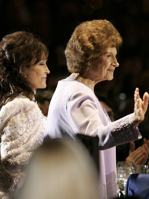 Extra Scoop: Country Superstar Kitty Wells Dies at 92