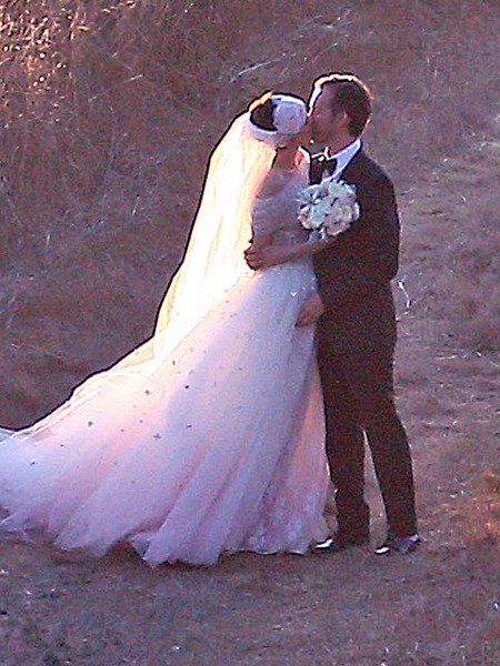 Anne Hathaway&#039;s Wedding Album: The Dress, Kiss and More! 