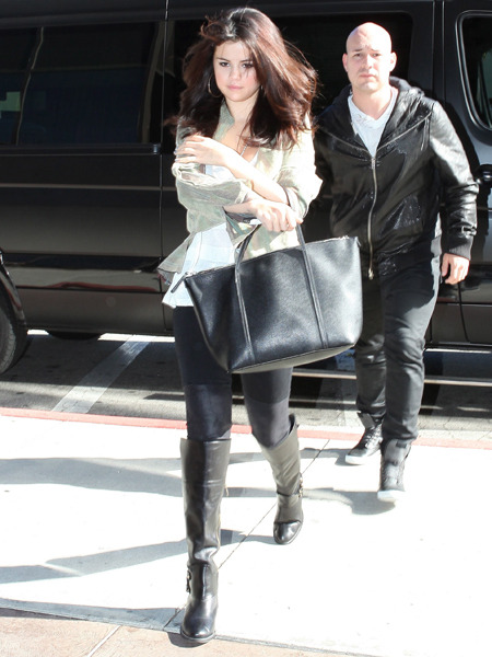 Selena Gomez Visits Reseda Hospital, Justin Bieber Waits in the Car