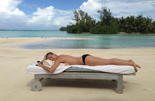 Pic! Heidi Klum Tweets Topless Photo