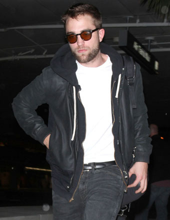 Robert Pattinson caught a flight out of LAX on Monday.