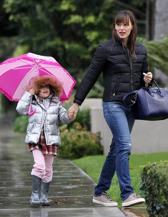 Jennifer Garner and daughter Seraphina went for a walk in the rain.