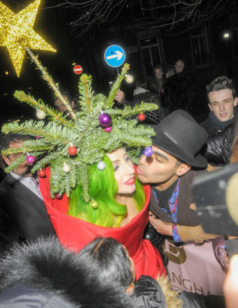 Lady Gaga got into the holiday spirit this weekend, dressing up as a Christmas tree in London.