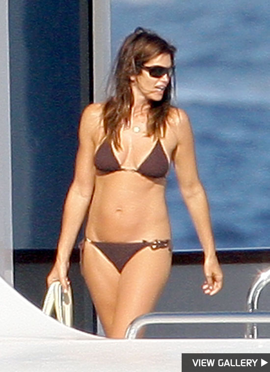 Supermodel Cindy Crawford looks smokin' hot in her summer bikini!